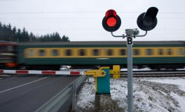 Level crossing signalling systems